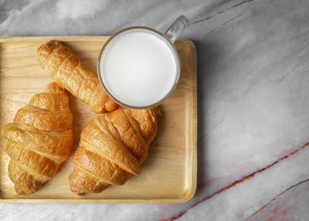Top view Croissants and milk on marble background. 免版税图像