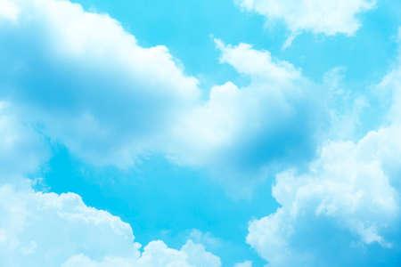 Fondo, cielo despejado, mediodía, algunas nubes en el verano. Foto de archivo