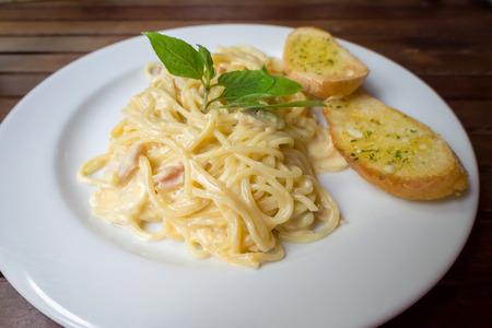 black bread: Spaghetti carbonara with garlic breads