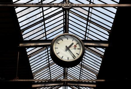 Zurich, Suisse - 03 juin 2017: Horloge sur la gare principale de Zurich. Gare centrale de Zurich (Zurich Hauptbahnhof). Banque d'images - 82217107