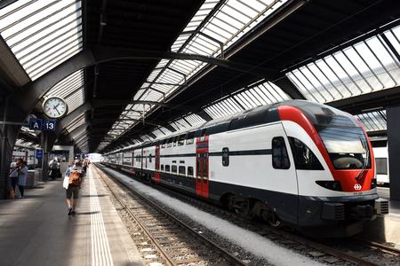 Zurich, Suisse - 03 juin 2017: Gens près du train de la gare principale de Zurich. Gare centrale de Zurich (Zurich Hauptbahnhof).