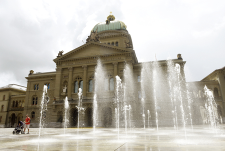 Bern, Switzerland - June 03, 2017: Swiss Parliament Building (Bundesplatz) in Bern, Switzerland. 新聞圖片