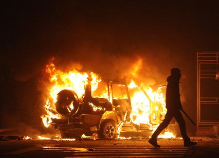 Voiture brûlante, agitation, anti-gouvernement, crime Banque d'images - 83289047