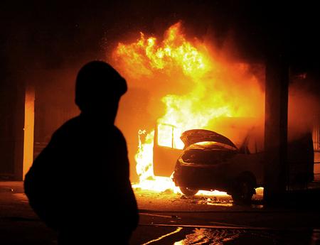 Bruciore di auto, disordini, anti-governo, crimine