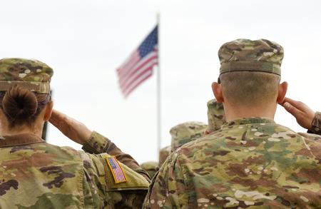 Amerykańscy żołnierze pozdrawiają flagę USA