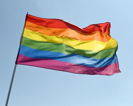 rainbow flag on blue sky Banque d'images