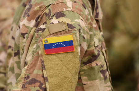 Venezuela-Flagge auf Soldatenarm. Venezuela-Truppen (Collage)
