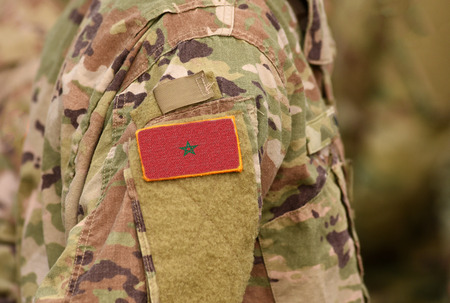 Marokko-Flagge auf Soldatenarm. Marokko Truppen (Collage) Standard-Bild