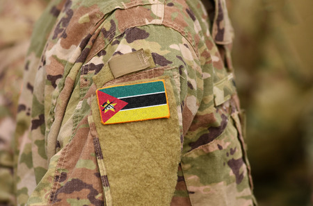 Mosambik-Flagge auf Soldatenarm. Mosambik Truppen (Collage)