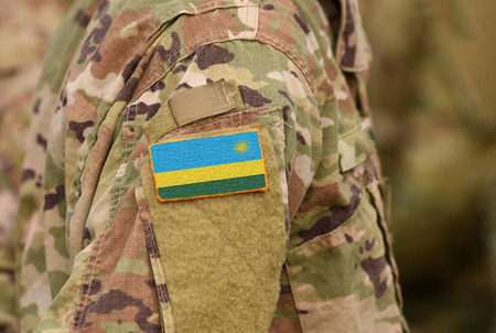 Ruanda-Flagge auf Soldatenarm. Ruanda Truppen (Collage)