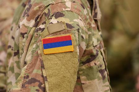 Armenien-Flagge auf Soldatenarm. Armenische Truppen. (Collage)