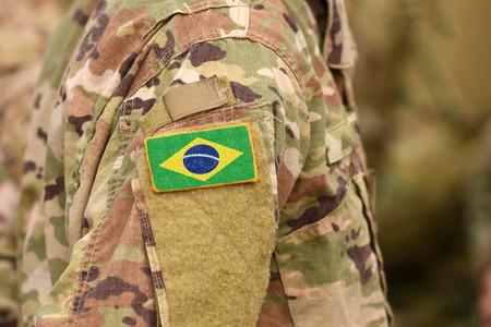 Brasilien-Flagge auf Soldatenarm. Brasilien Truppen (Collage) Standard-Bild