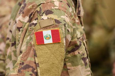 Peru-Flagge auf Soldatenarm. Peru-Truppen (Collage) Standard-Bild