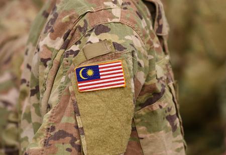 Bandera de Malasia en el brazo de los soldados (collage). Foto de archivo