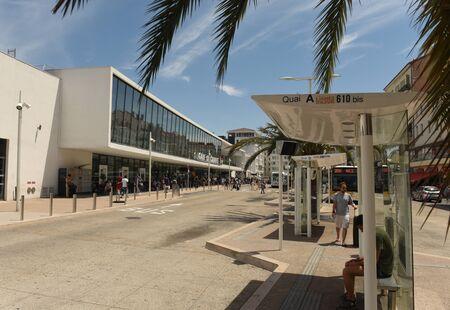 Cannes, France - 21 juin 2019 : arrêt de bus près de la Gare de Cannes la gare principale.