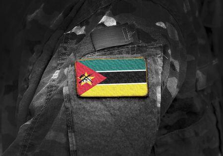 Flagge von Mosambik auf Militäruniform. Armee, Truppen, Soldaten. Collage.