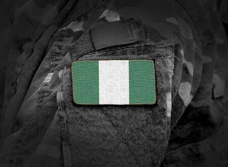 Flagge von Nigeria auf Militäruniform. Armee, Soldaten, Afrika (Collage).