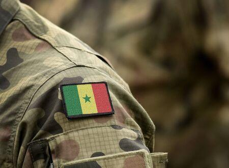 Flagge Senegals auf Militäruniform. Armee, Truppen, Soldaten. Collage. Standard-Bild