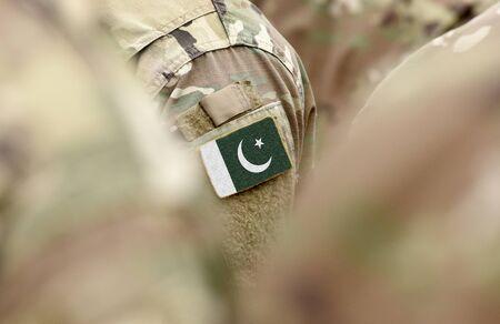Bandera de Pakistán en uniformes militares (collage). Foto de archivo