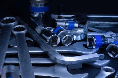Narzędzia stalowe klucza do naprawy na czarnym tle.