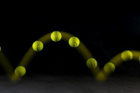Movimiento o rebote de pelota de tenis aislado sobre fondo negro. Foto de archivo