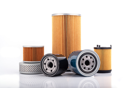 Accesorios de autopartes: filtro de aceite, combustible o aire para motor de automóvil aislado sobre fondo blanco.