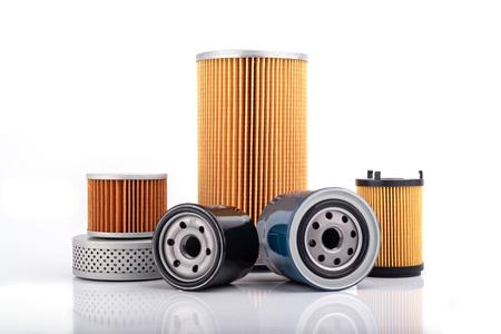 Accessoires de pièces automobiles : Filtre à huile, à carburant ou à air pour voiture à moteur isolé sur fond blanc.