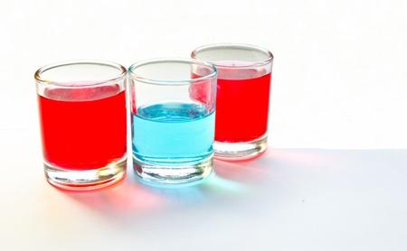 Rot und Blau in den Gl�sern auf wei�em Hintergrund