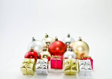 Closed-up Geschenk-Boxen mit Kugeln auf wei�em Hintergrund