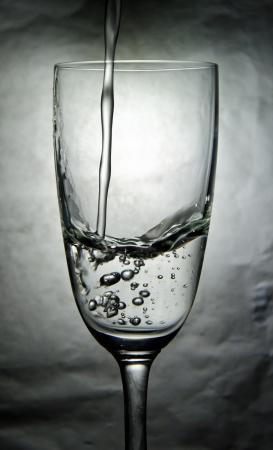 Wasser im Glas mit Blasen