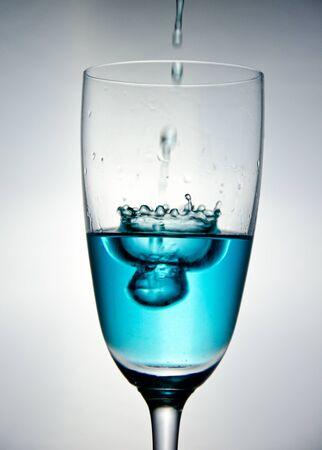 Die blaue Blase im Wasser