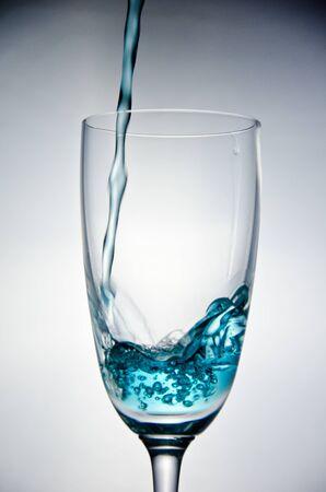 Stop-Motion-blauem Wasser in das Glas Lizenzfreie Bilder