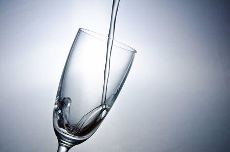 Das Wasser f�llt in das Glas
