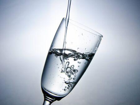 Das Wasser im Glas mit Blasen