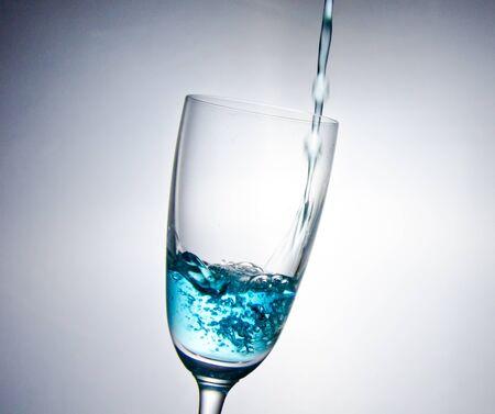 Das blaue Wasser fallen