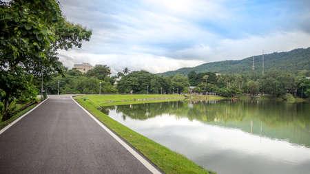 タイ ・ チェンマイ大学にある貯水池沿いの道路。 写真素材