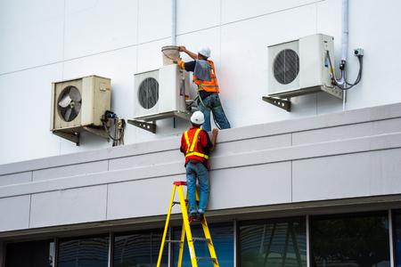 Air Conditioning Technician onderhoudt airconditioners.
