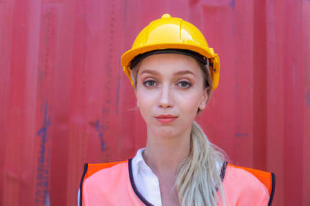 Cheerful factory worker woman in hard hat smiling and looking at camera, Happiness Female engineers for concept Stockfoto