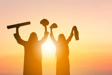 Silhouette of Arab Middle Eastern Business Engineer Man Team Celebration Success Happiness at Sunset Evening Sky Background Foto de archivo
