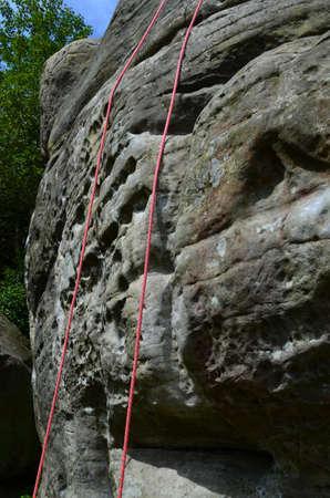 abseilen: Klettern Seile auf Felswand