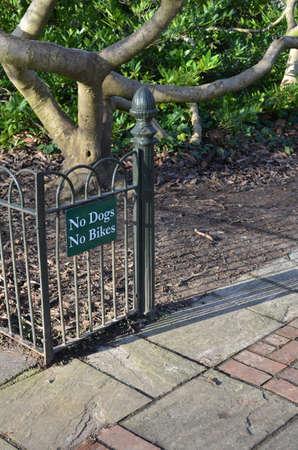 no entrance: Los perros no hay bicicletas firman a la entrada de un parque. Foto de archivo
