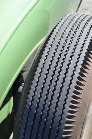 rodamiento: Pise en un neumático de estructura transversal. Foto de archivo