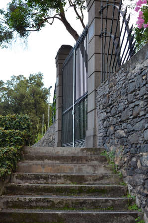 puertas de hierro: Piedra pasos que conducen a las puertas de hierro ornamentados.