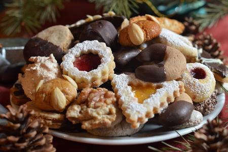 plato de comida: galletas de Navidad en un plato con decoraci�n de Navidad