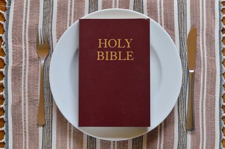 見れるディナー プレート上で聖書を貸した