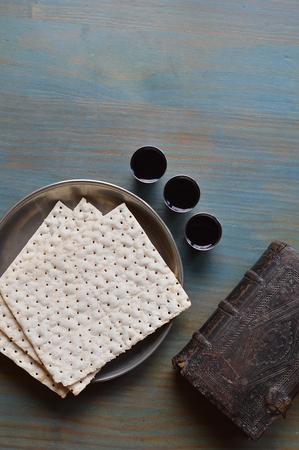 pan y vino: La Cena del Se�or con el pan, el vino y una antigua biblia Foto de archivo