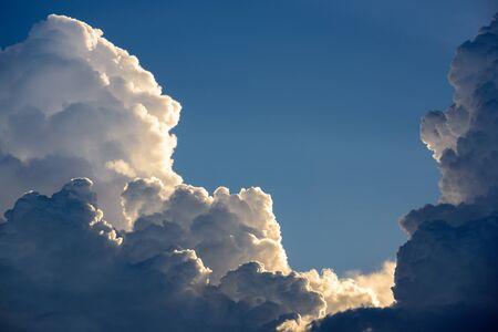 ciel avec nuages: Ciel bleu avec des nuages et le soleil Banque d'images