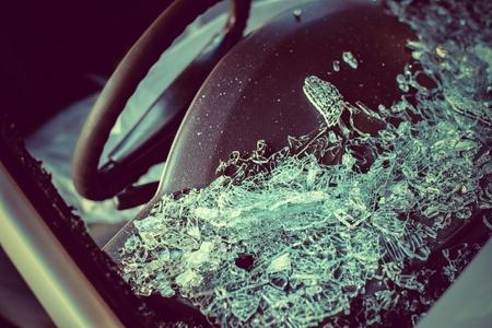 auto old: Es la reparación de cristal transparente o accidente automovilístico en la carretera.