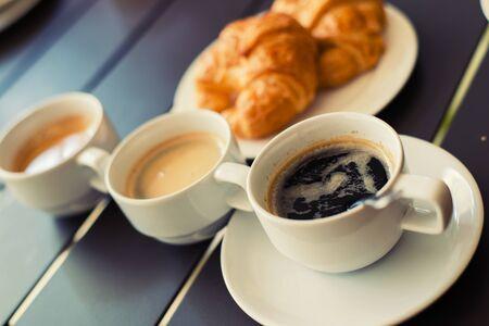 petit déjeuner: Croissant Petit-déjeuner servi avec le café et le thé noir Banque d'images