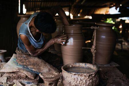 earthenware artistic Forming,moldingto make pottery.
